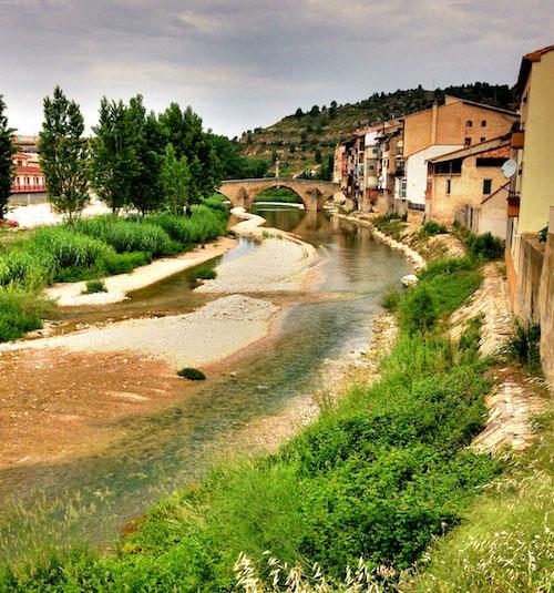 Puente de piedra medieval de Valderrobres, sobre el rio Matarraña.